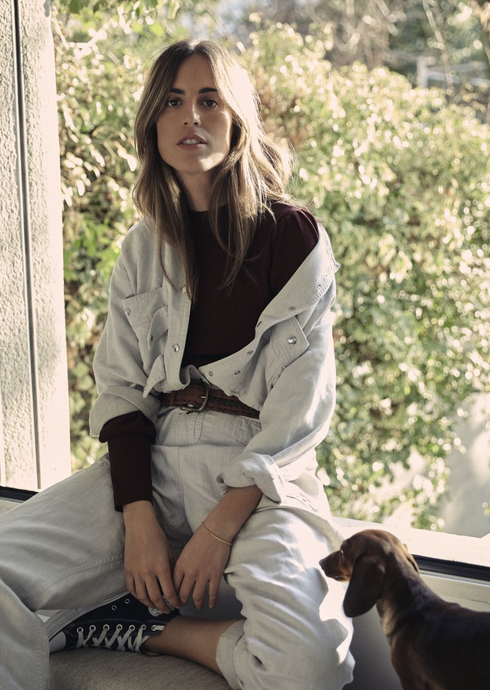 Berta Bernad con su perrita olivia. Berta lleva mono de Isabel Marant...