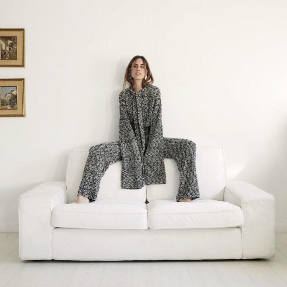 Berta Bernad en su casa de Madrid con total look metalizado de Loewe y...