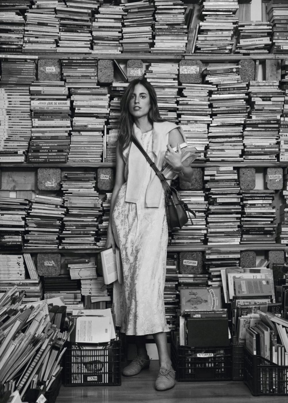 Berta Bernad entre libros en Tuuuulibrería con vestido de seda de...