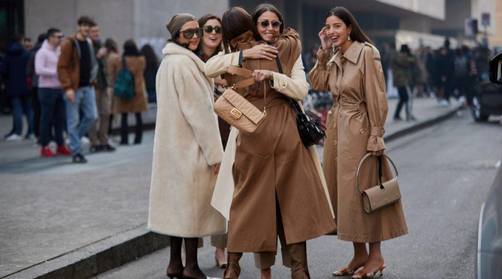 Gabardinas en el street style de Milán