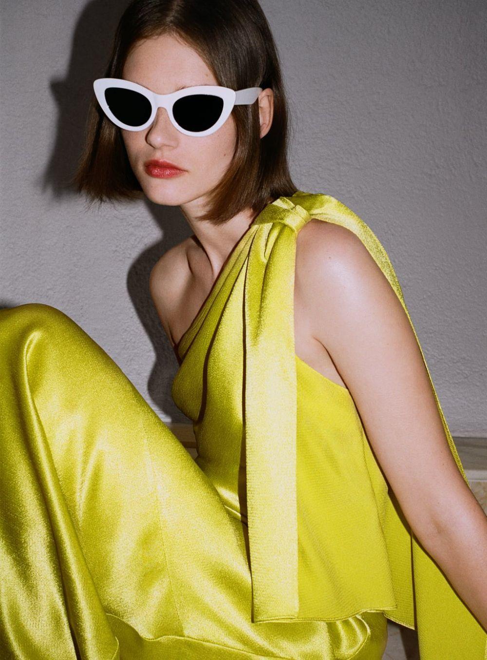 Vestido con hombro descubierto amarillo de Zara