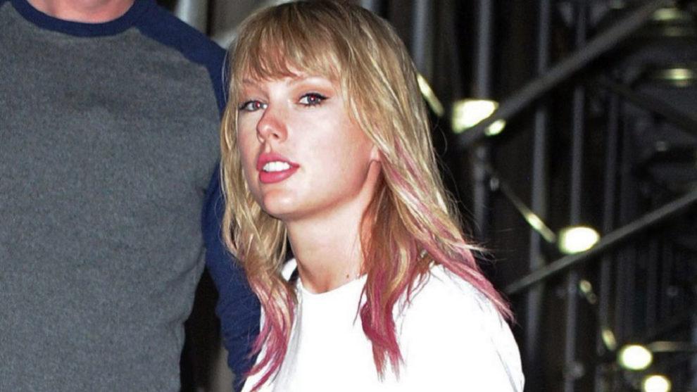 Taylor Swift también apuesta por retazos de color rosa en las puntas...
