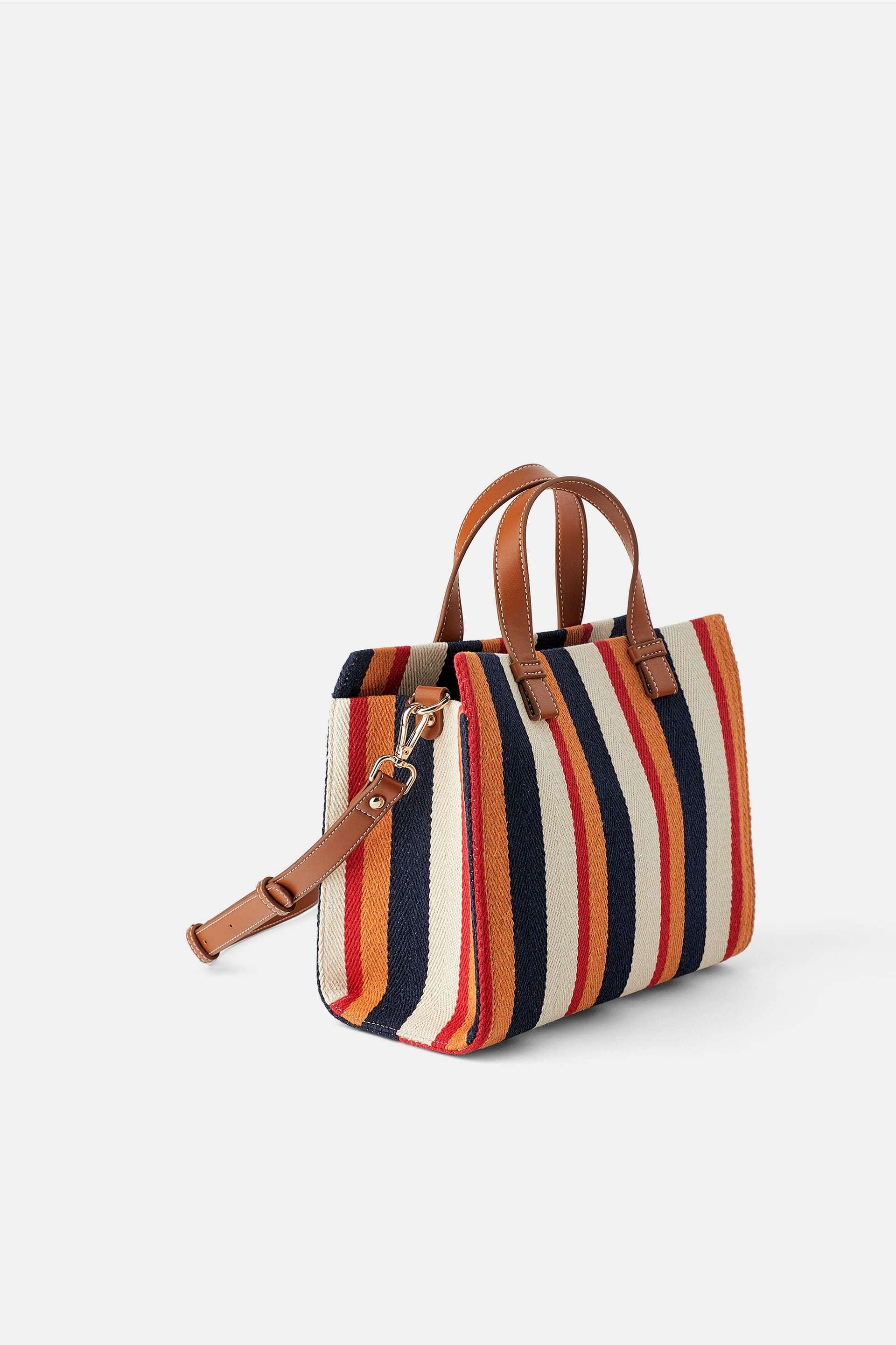 Bolso de rayas de Zara (25,95 euros).