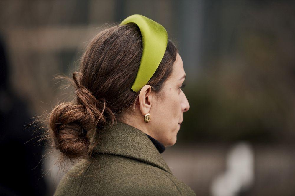 En verde, acolchada y de satén acompañada de low knot o moño bajo, el look ideal del street style de la pasarela de Nueva York.