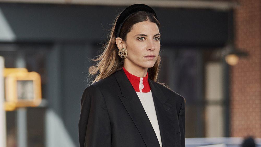De terciopelo negro, acolchada y con maxipendientes, así es la diadema de moda de las it girls de Nueva York.