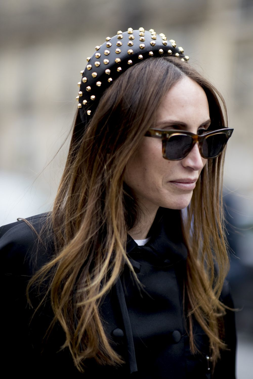 En el street style de París, hemos visto diademas XXL con tachuelas que casi parecen un tocado pero nos encantan.