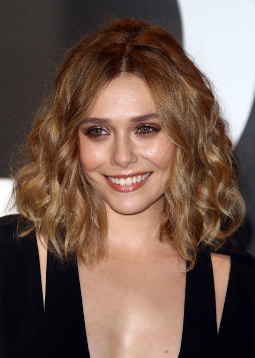 Elizabeth Olsen con un corte de pelo long bob ondulado durante un...