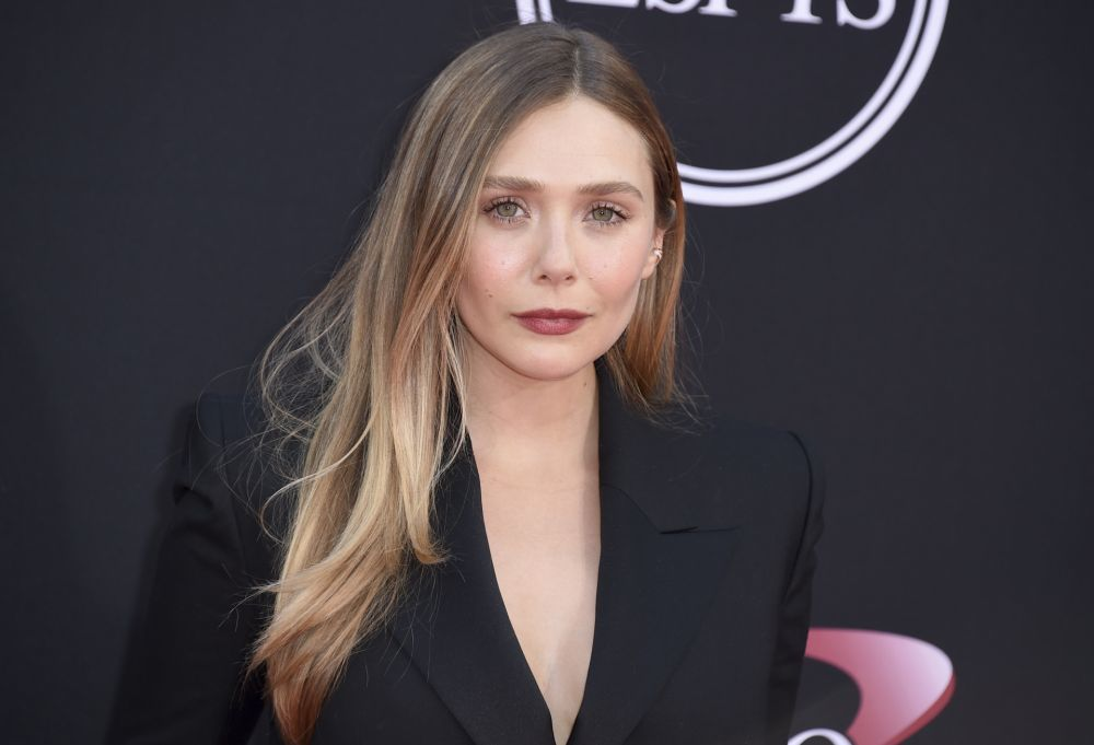 Elizabeth Olsen con una melena lisa brillante y llena de movimiento.