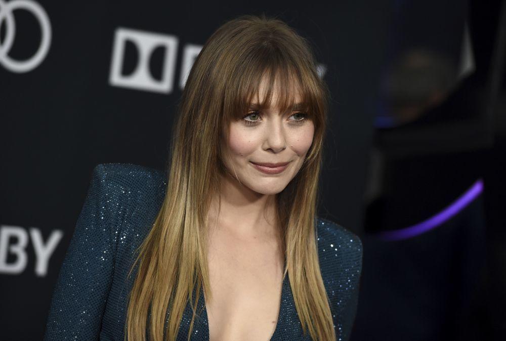 Elizabeth Olsen con su nuevo corte de pelo con flequillo en el estreno...