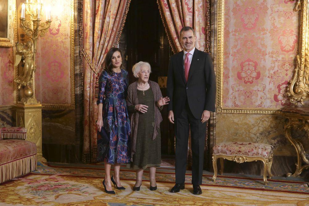 Los reyes con Ida Vitale.