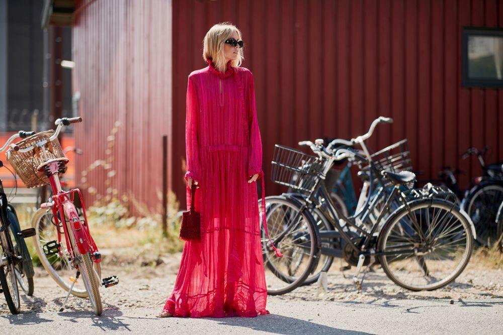 Una de las asistentes a la Semana de la moda de Copenhague con un...