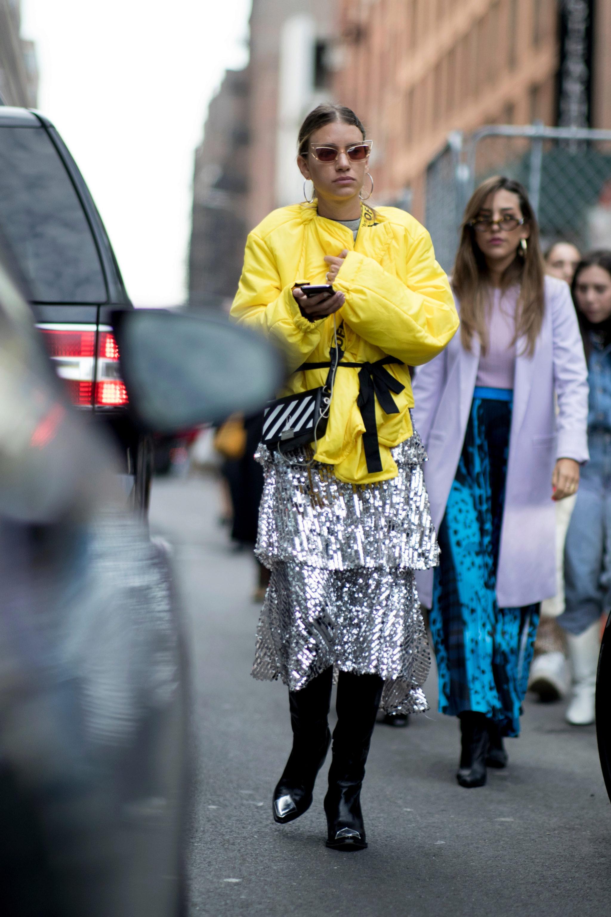 Llevar una falda de lentejuelas de día lo hemos visto en el street...