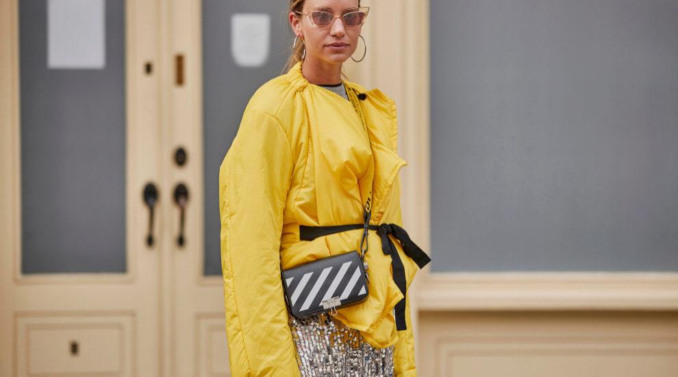 Uno de los looks de los street style con lentejuelas que hemos visto...