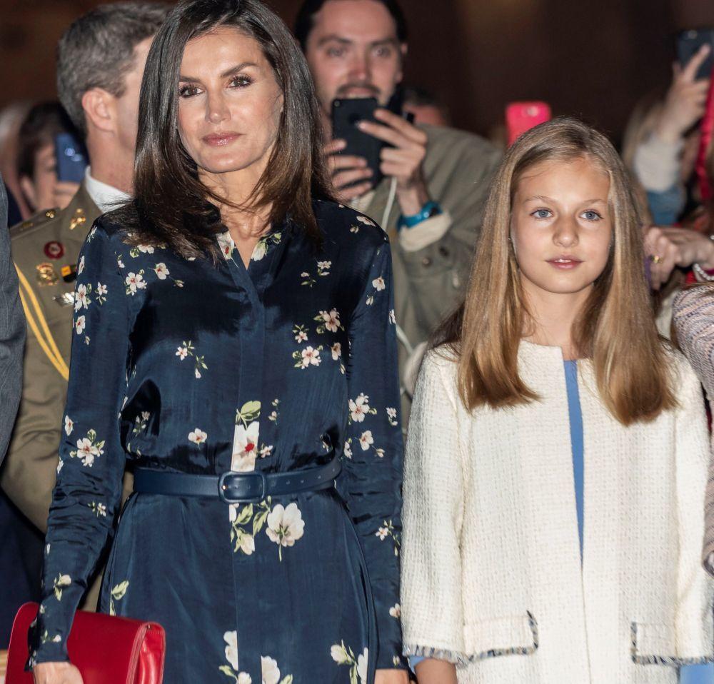 La reina Letizia luciendo melena brillante junto a la princesa de...