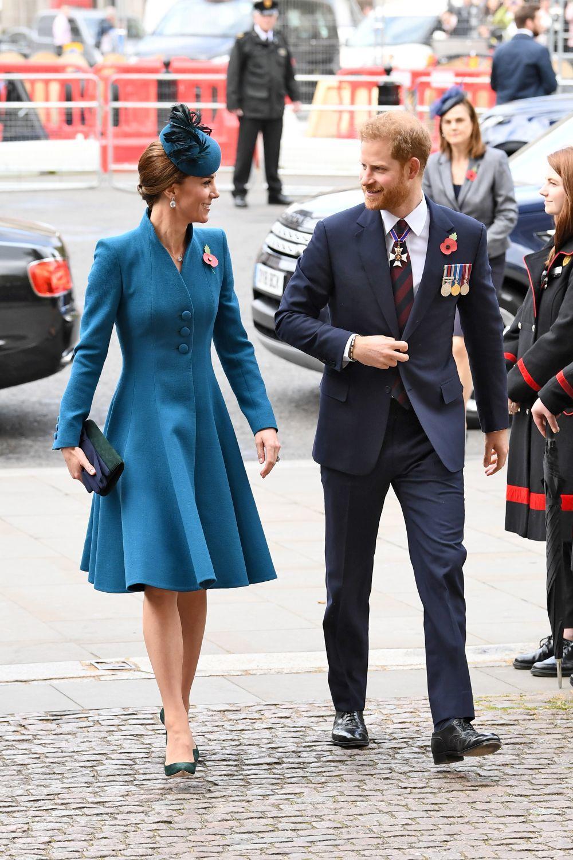 La Duquesa de Cambridge con el príncipe Harry en el Día Anzac.