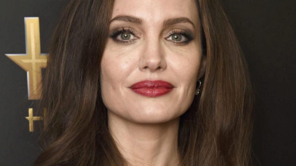 Angelina Jolie con unos ojos ahumados gris topo y eyeliner para...