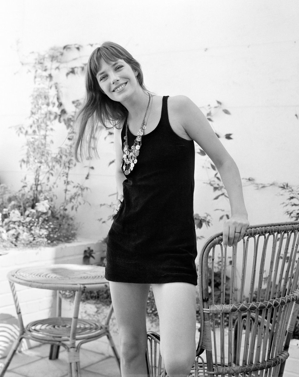 Jane Birkin con un ninivestido negro.
