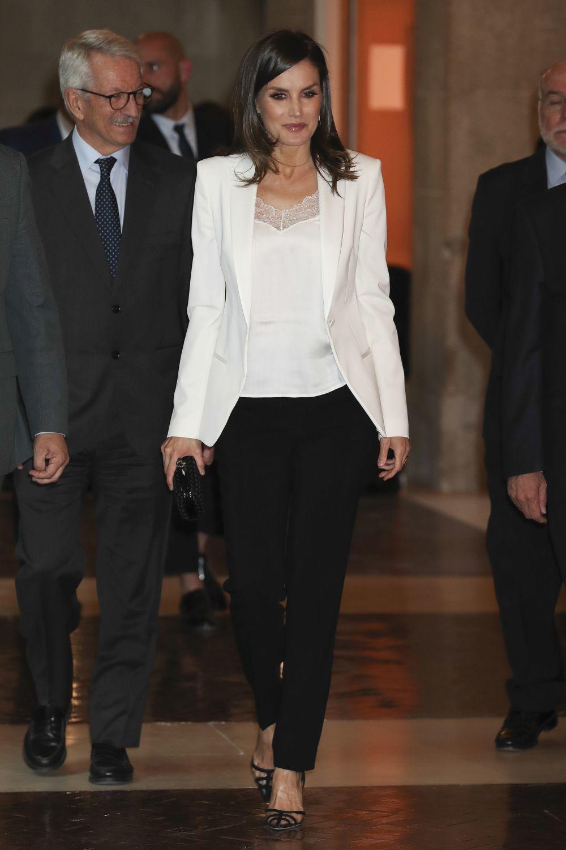 La reina Letizia se atreve con un top lencero.