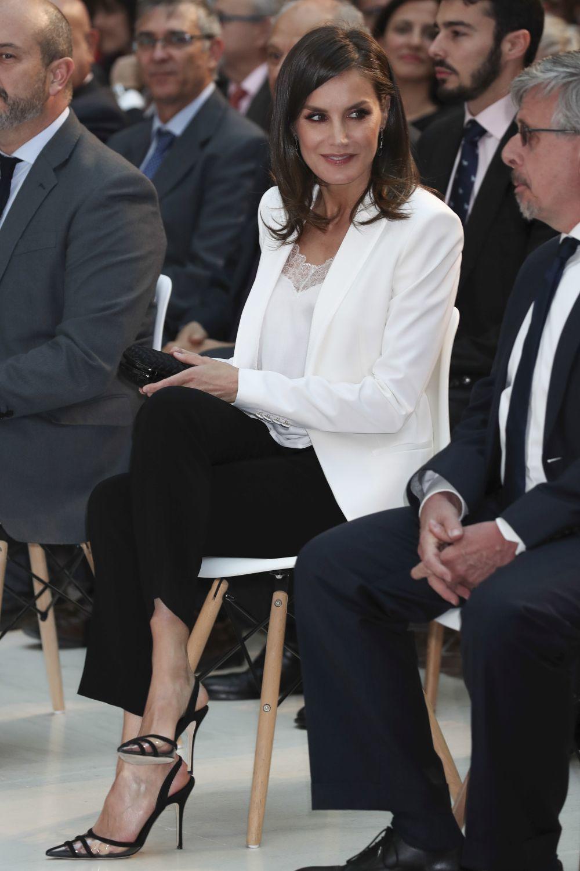 La reina Letiza con unos llamativos zapatos de Manolo Blahnik.