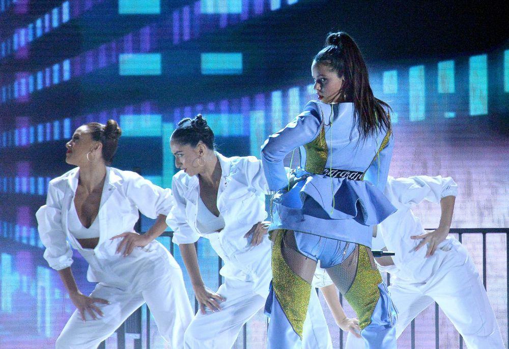 Rosalía durante su actuación con mirada desafiante.