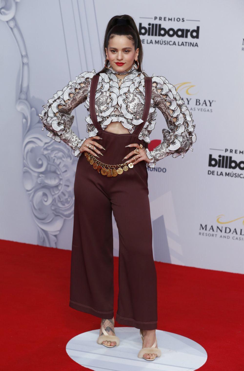 Rosalía posa en la alfombra de los Latin Music Awards.