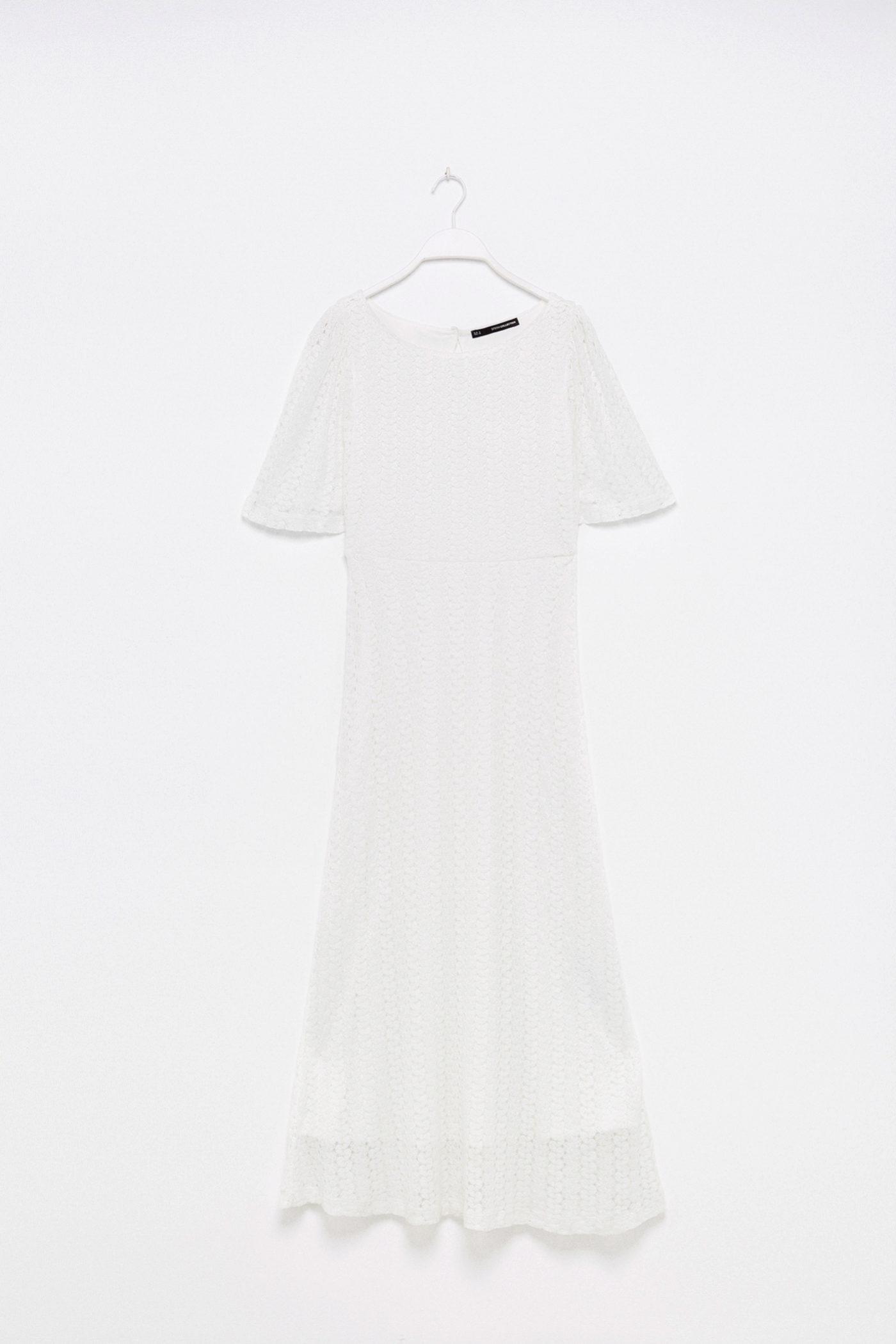 Vestido blanco con falda con volumen y guipur de Sfera