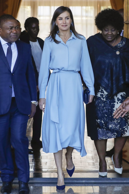 La reina Letizia con un vestido azul en su visita a Mozambique.