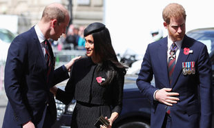 Meghan Markle saludando al príncipe Guillermo.