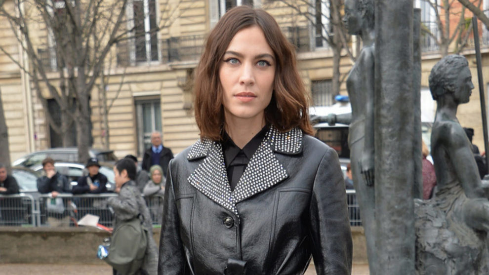 Alexa Chung en la Paris Fashion Week como invitada al desfile de Miu...