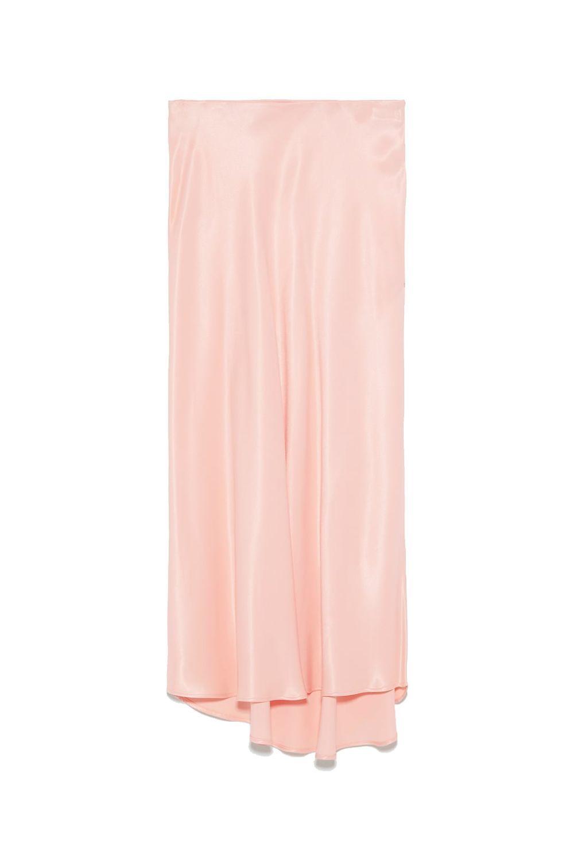 Falda rosa de raso, de Zara (25,95 euros)