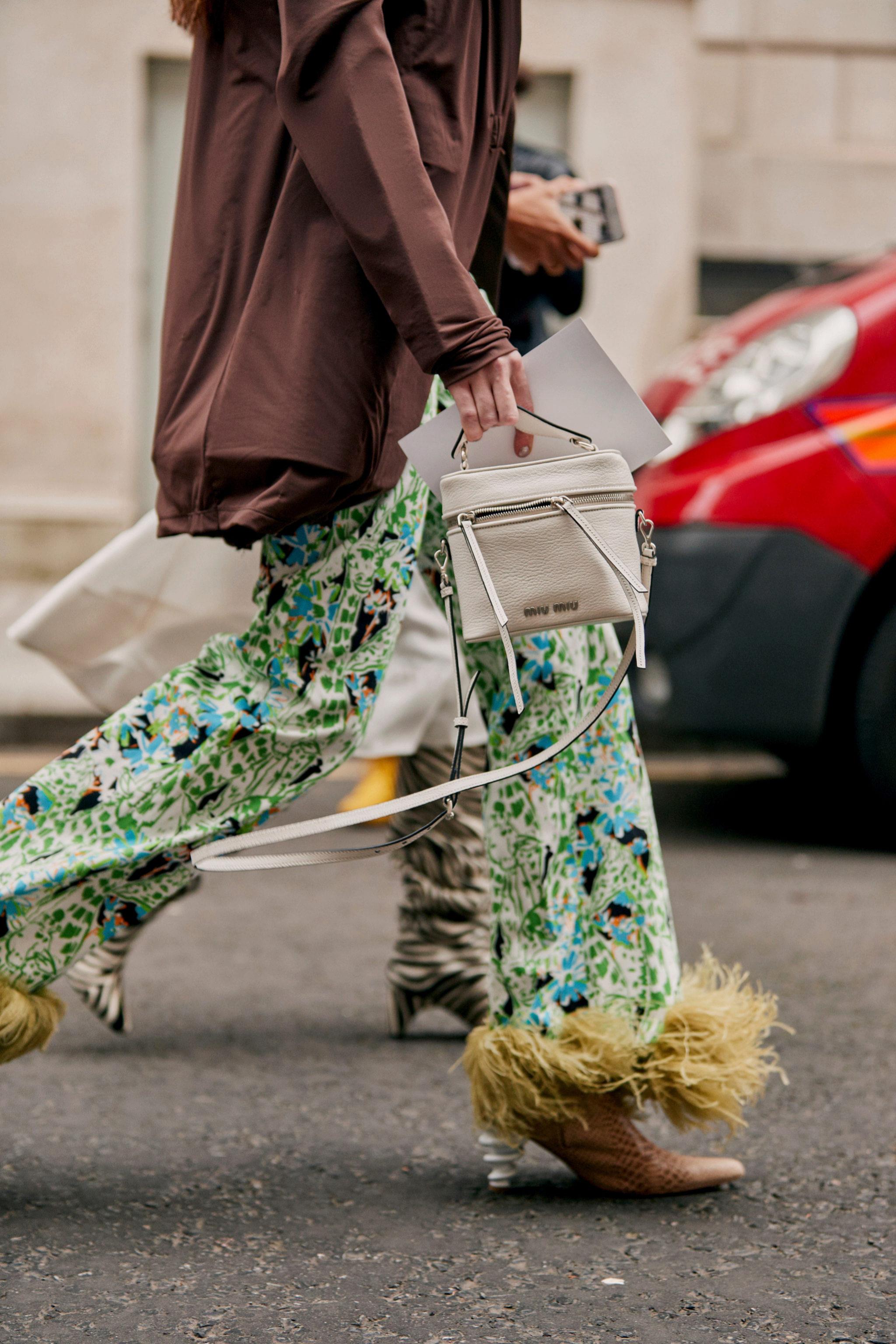 Pantalón estampado palazzo con plumas visto en Londres