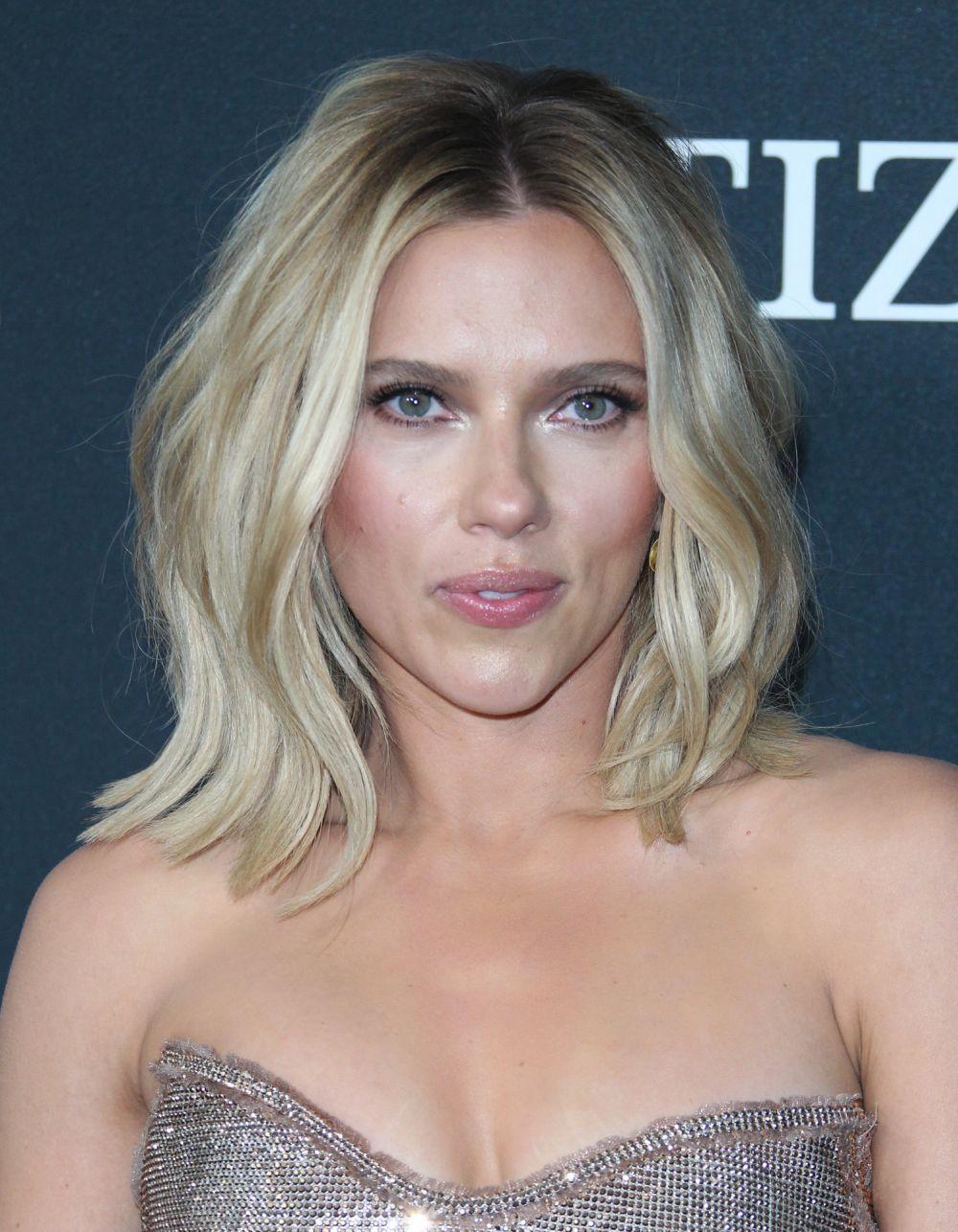 Scarlett Johansson también luce mechas californianas para su media melena y le quedan espectaculares