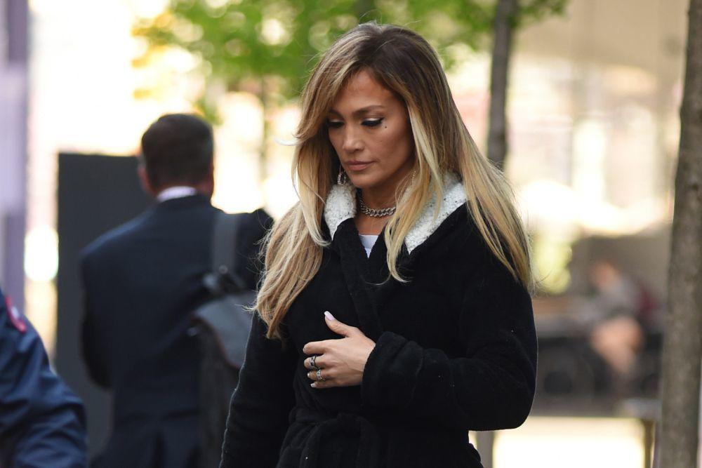 Jennifer Lopez presume de californianas miel o bronde con marcadas raíces.