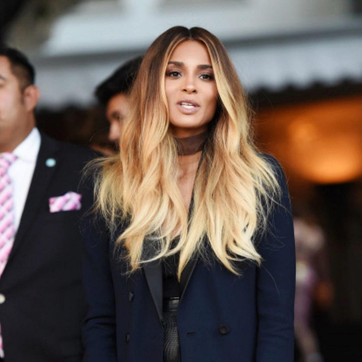 """La cantante Ciara con un balayage de mechas californianas con raíz marrón y acabado en medios y puntas con mechas creadas con técnica """"hand painting"""" y decoloración."""