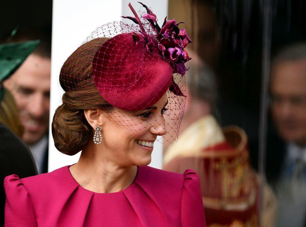 Kate Middleton luce un moño bajo con tocado de red.