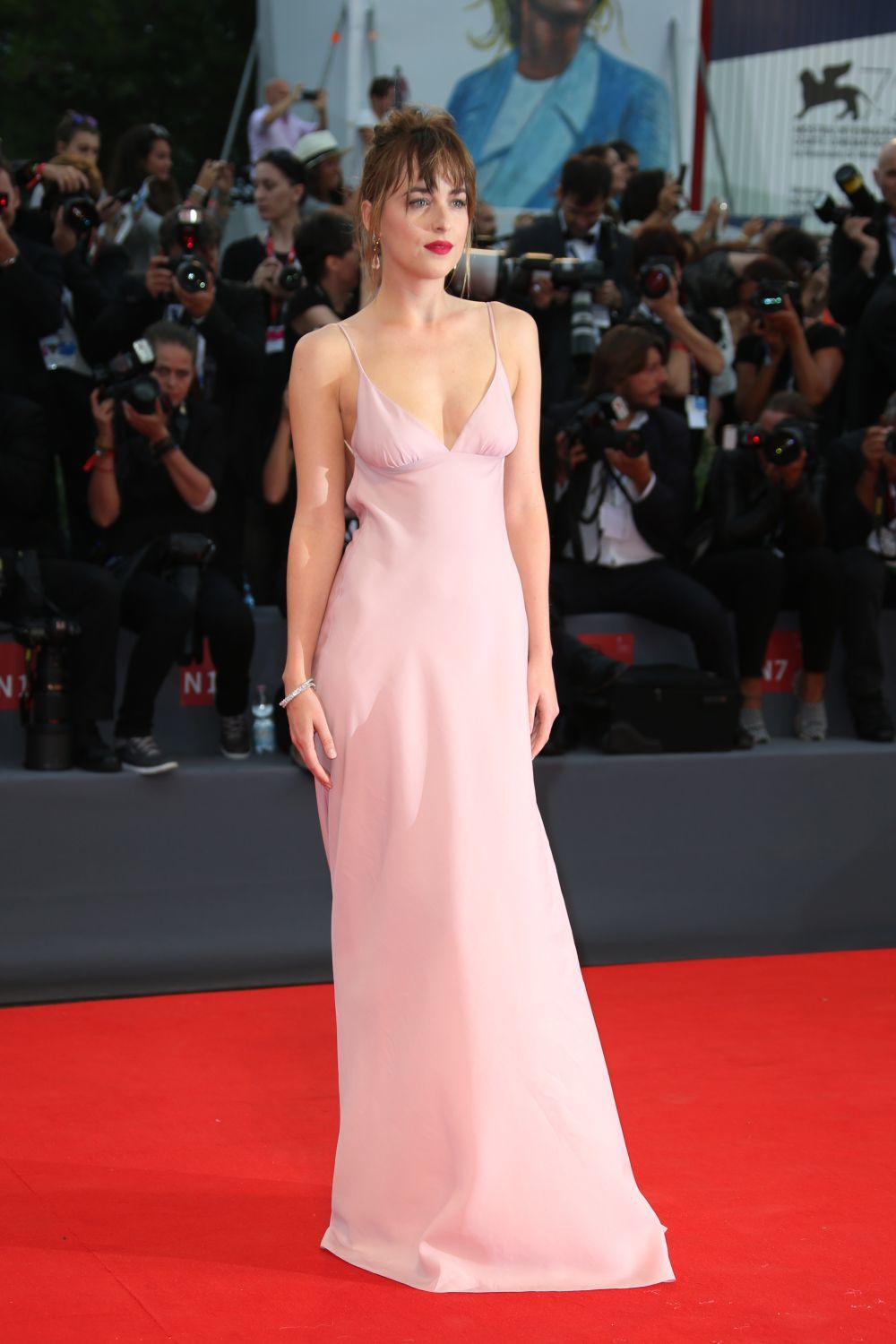 Dakota Johnson con un vestido lencero color rosa.