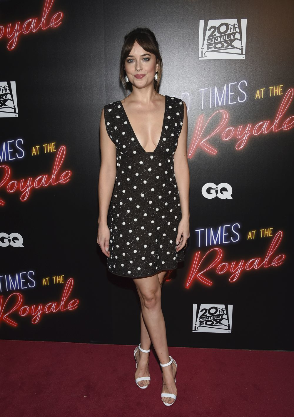 Dakota Johnson con un vestido corto de color negro con topos en...