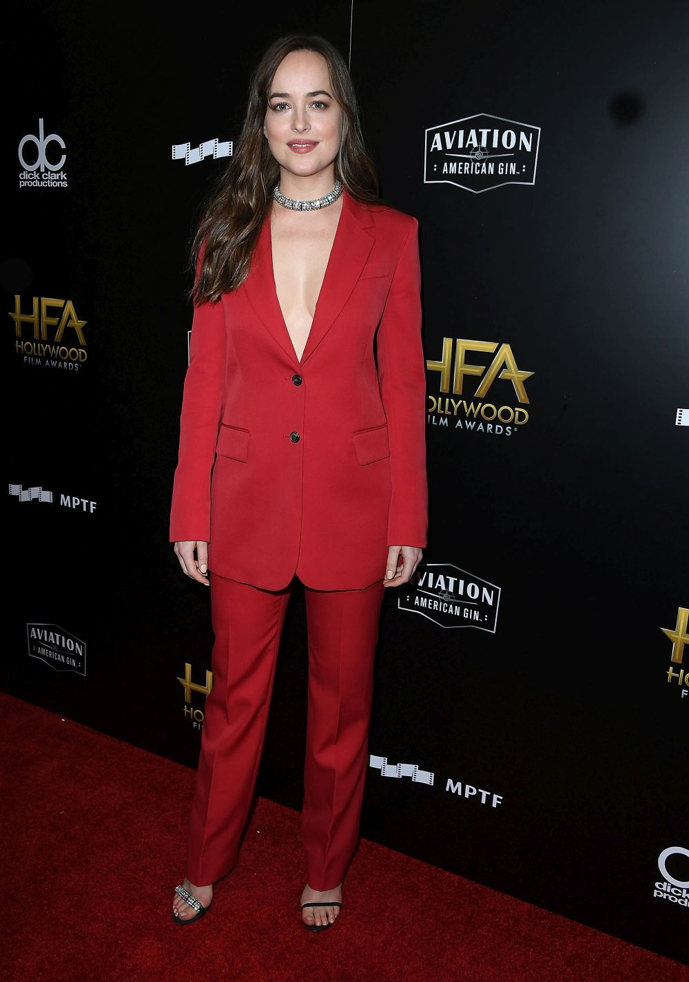 Dakota Johnson con un esmoquin rojo.