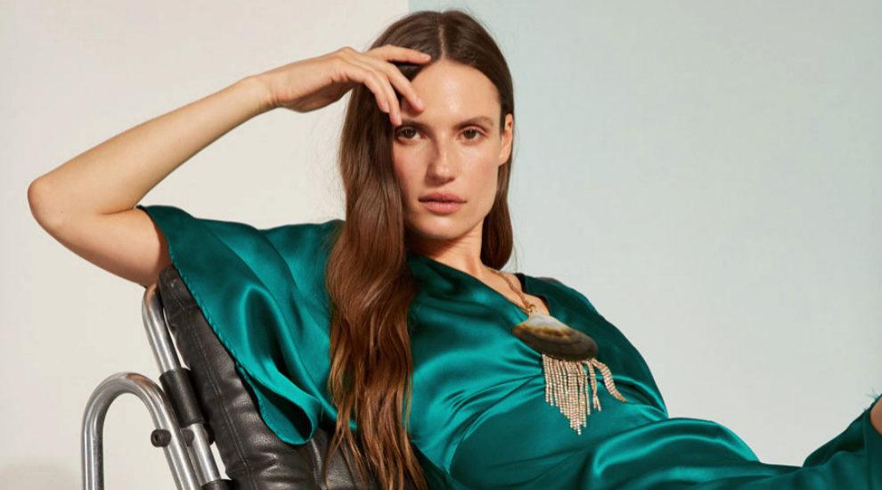 Este vestido verde satinado es uno de los que más nos gustan de la...