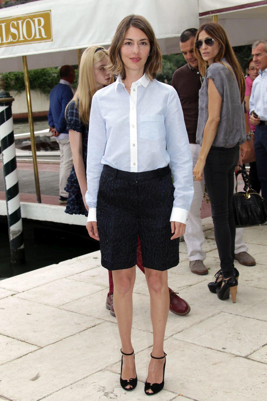 Sofia Coppola con camisa y bermudas.