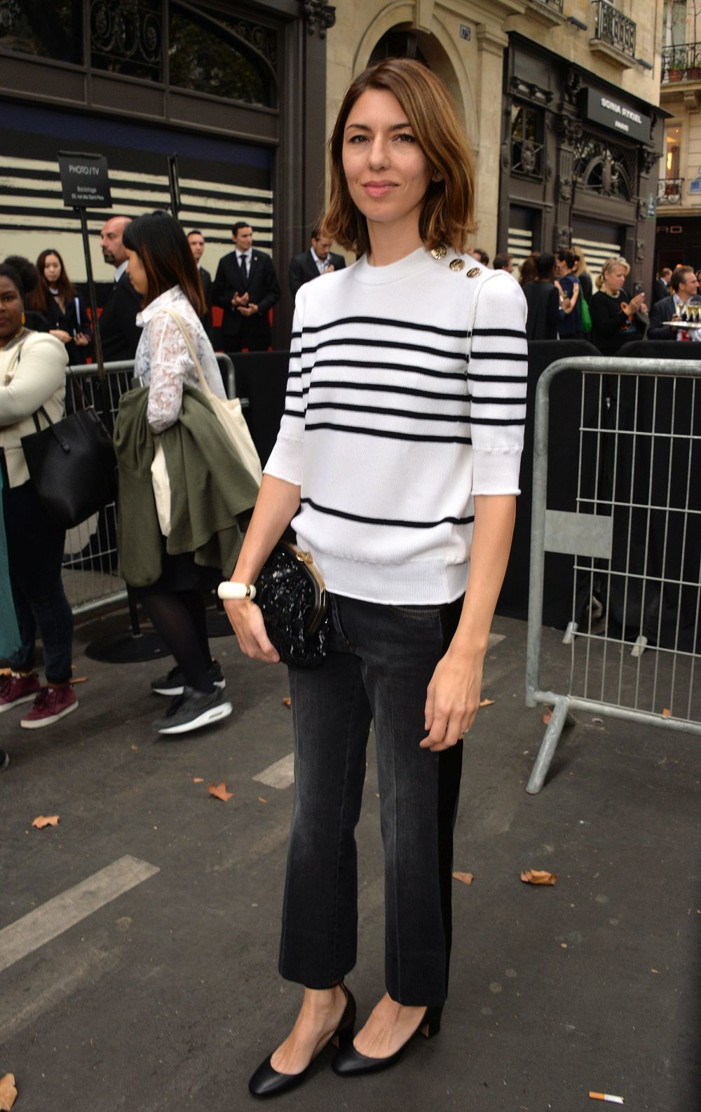 Sofia Coppola lleva jersey de rayas y jeans oscuros.