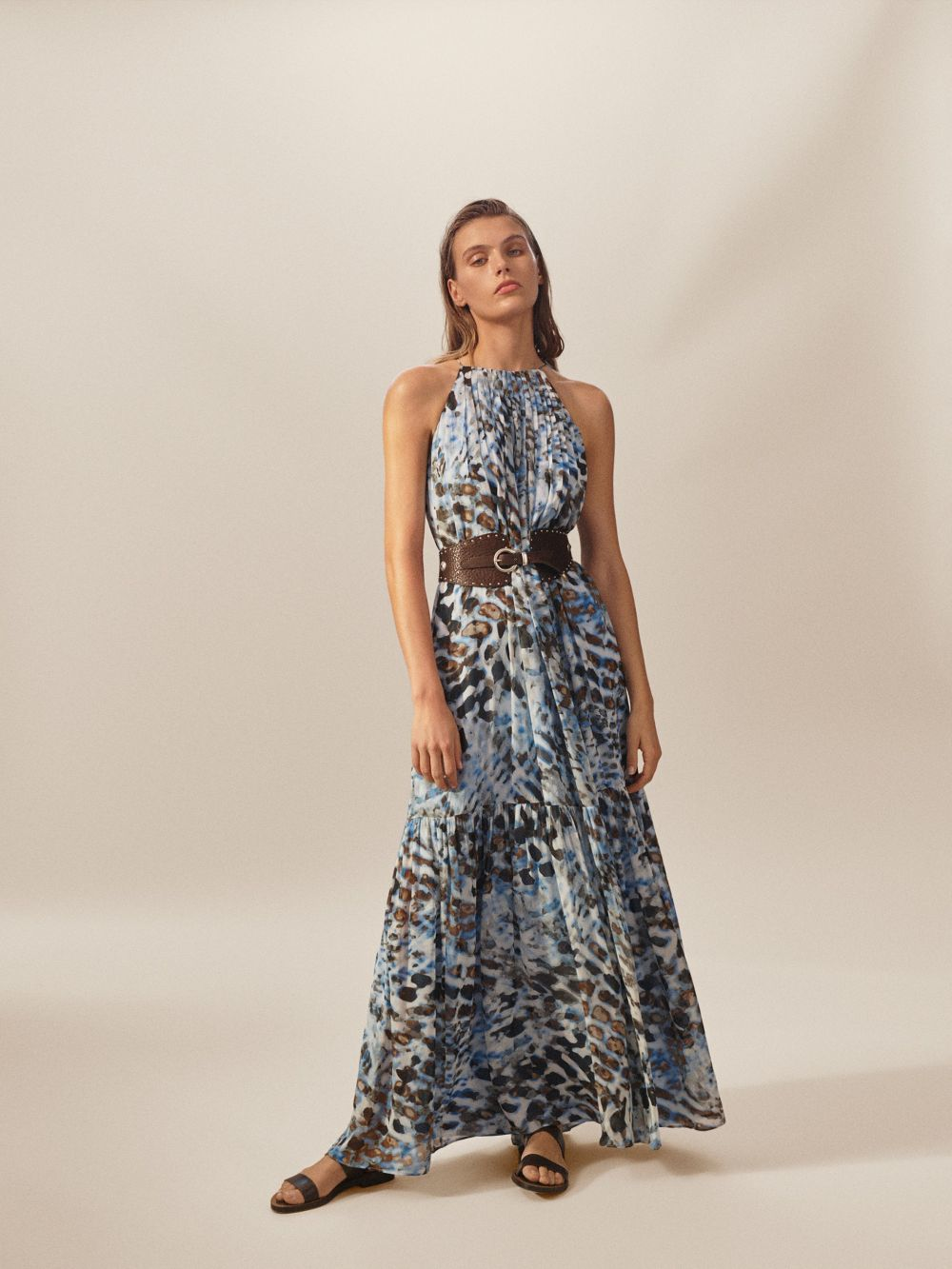 Vestido de efecto tie dye, de Massimo Dutti (169 euros).