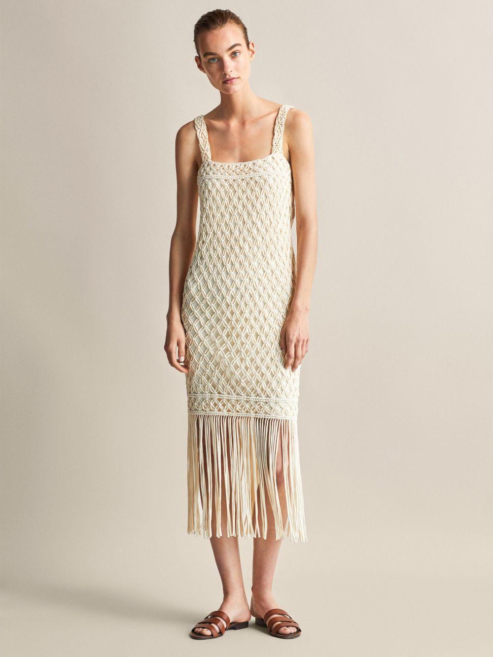 Vestido de ganchillo, de Massimo Dutti (129 euros).