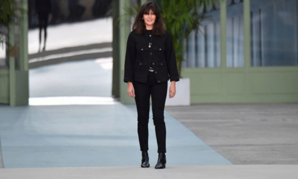 Virginie Viard, saluda tras su primer desfile al frente de Chanel.