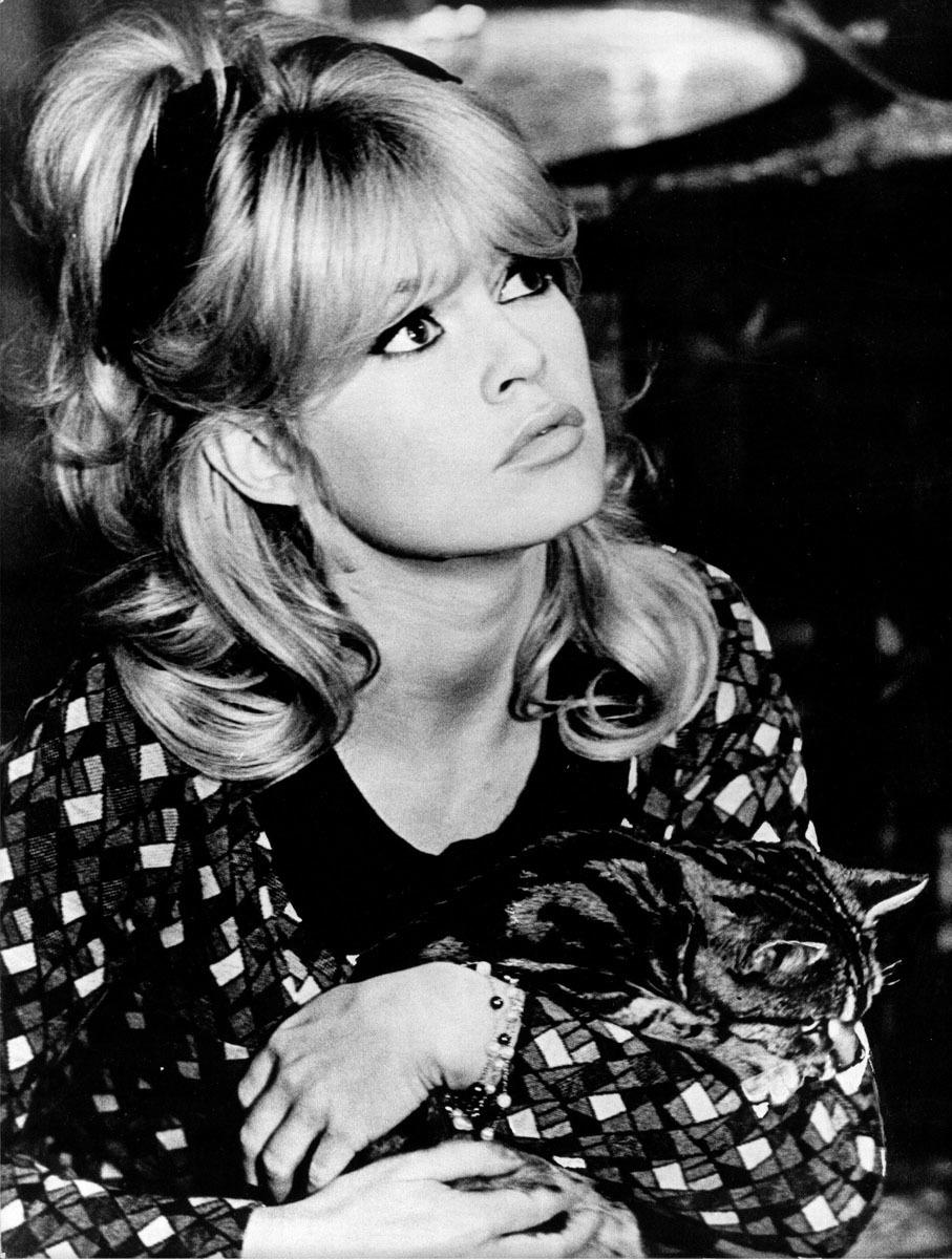 Brigitte Bardot con melena capeada y flequillo en cortina, fue un...