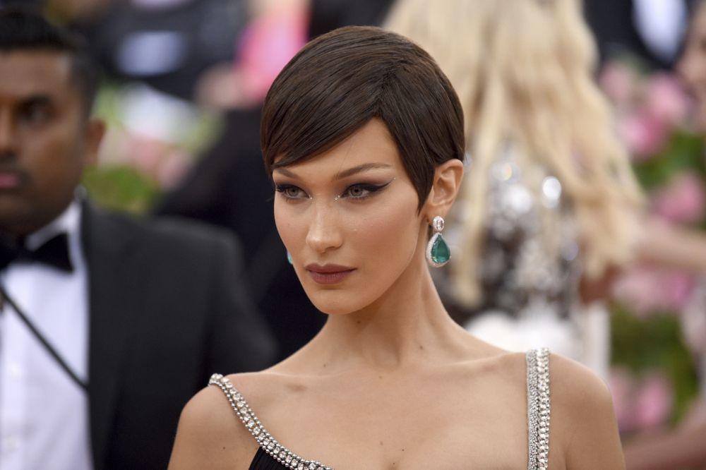 Bella Hadid con un corte pixie que nos recuerda a las supermodelos de...