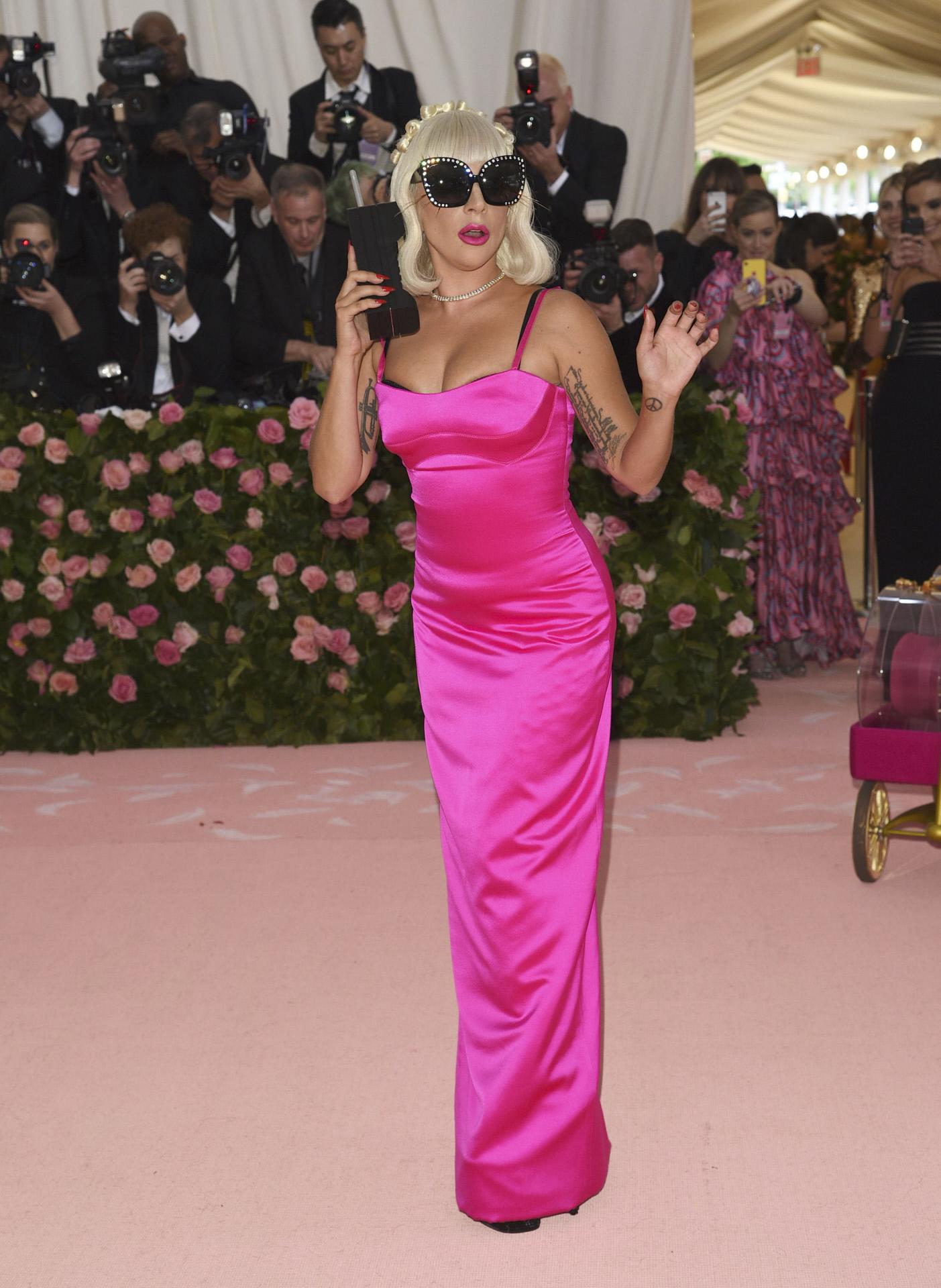 El tercer vestido de Lady Gaga: un ceñido diseño en fucsia con gafas...