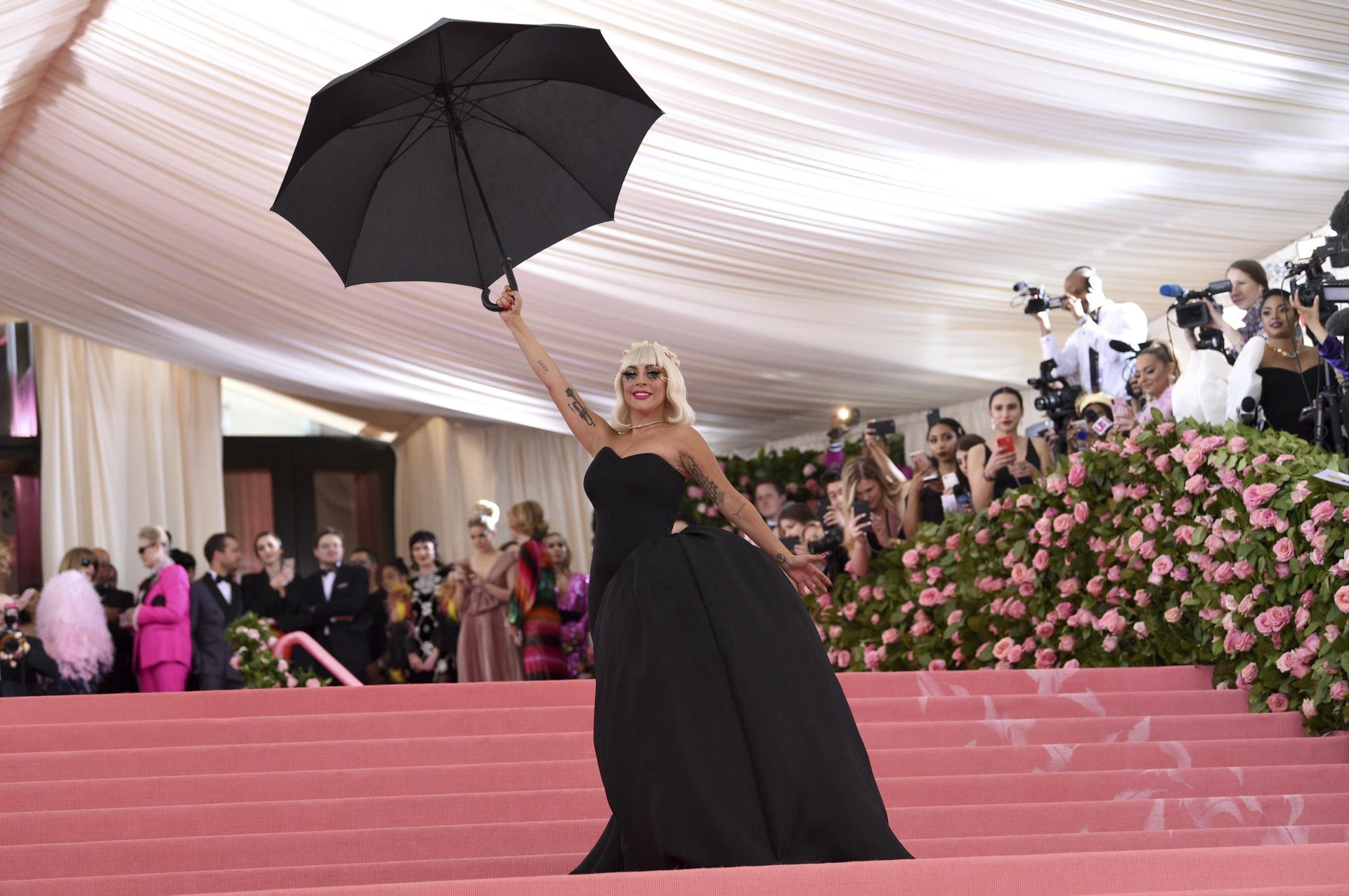 El segundo look de Lady Gaga: un vestido palabra de honor en negro con...