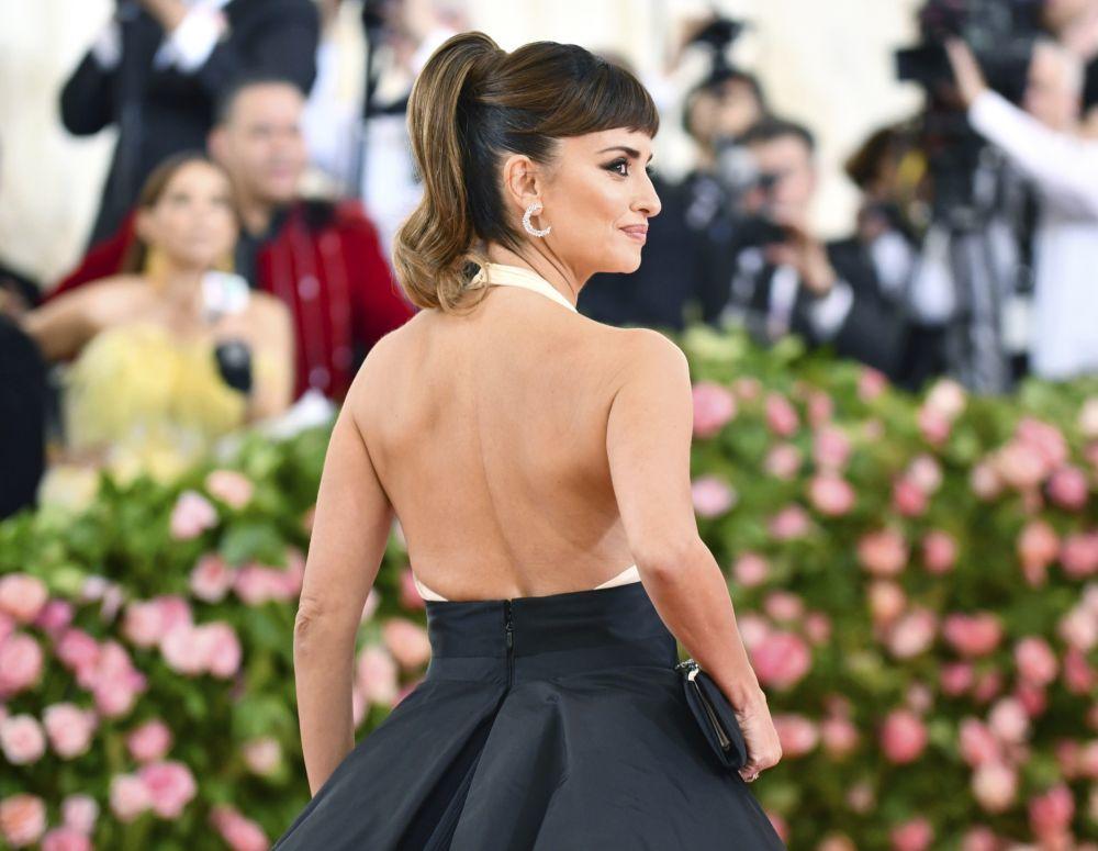 La coleta alta con flequillo de Pe en la gala MET es el peinado ideal...