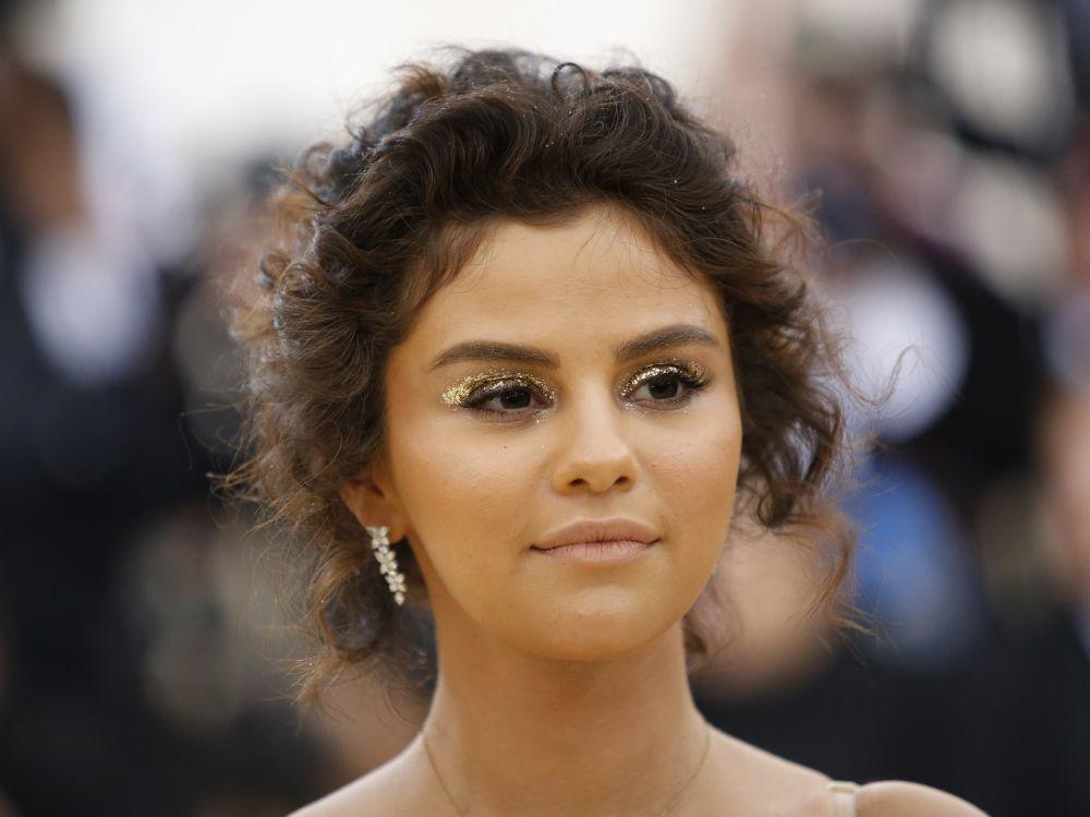 Selena Gomez con su fake tan o falso bronceado de la pasada Gala MET...